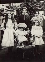 Myrtle, Eric,Grace & Blanche (Seated) Justice